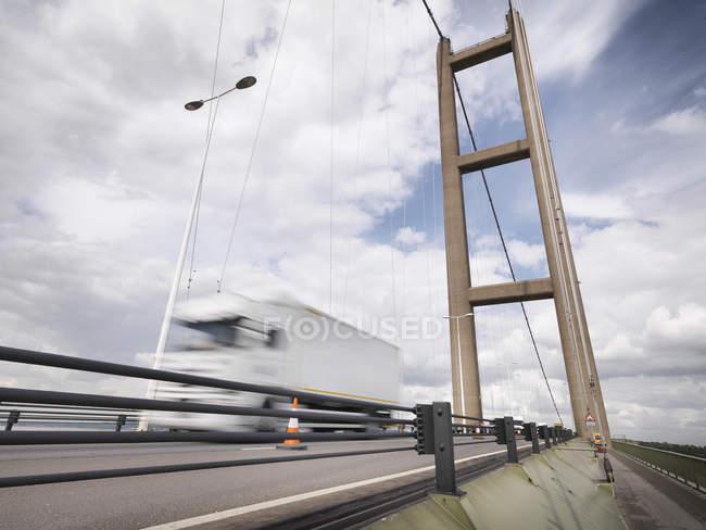Трафік на підвісний міст, міст Хамбер, Великобританія — стокове фото