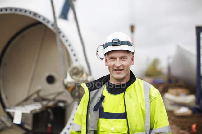 Портрет инженера на месте строительства ветроэлектростанций — стоковое фото