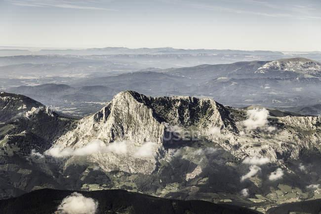 Nuages bas et des Pyrénées — Photo de stock