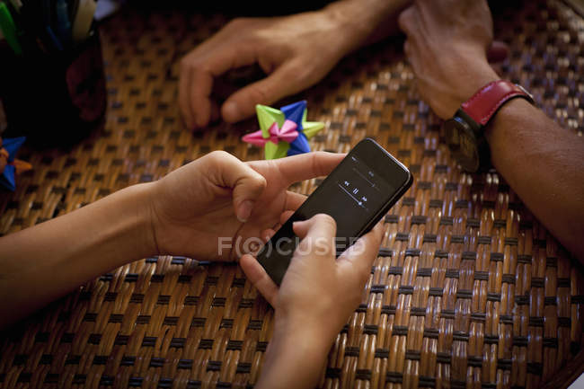 Студенти texting і розслаблюючим, часткове зору рук — стокове фото