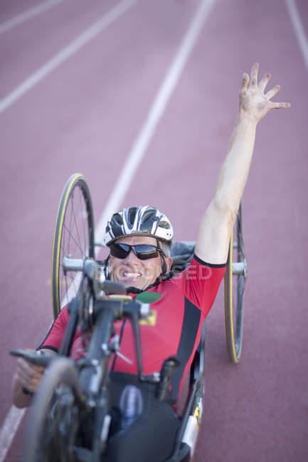 Ciclista en la línea de meta en la competición para-atletismo - foto de stock
