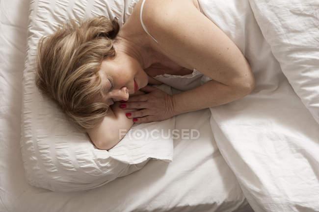 Над головой вид женщины спящей на боку — стоковое фото