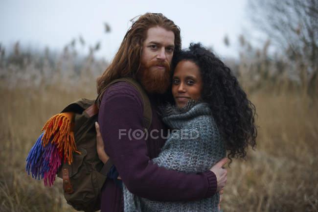 Couples dans la campagne pendant la journée — Photo de stock