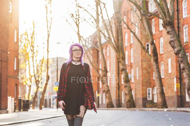 Mujer caminando en medio de la calle - foto de stock