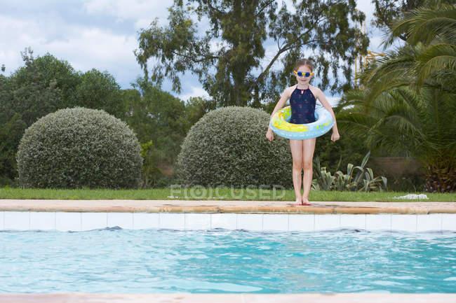 Молодая девушка, стоящая у бассейна — стоковое фото
