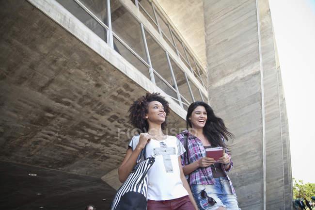 Deux étudiantes à l'extérieur — Photo de stock