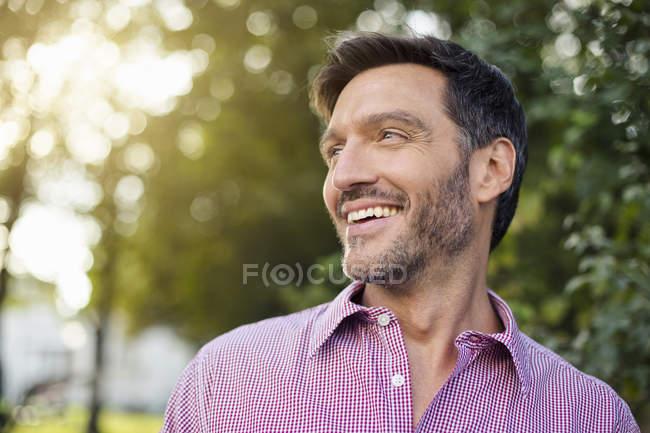 Schöner lächelnder reifer Mann auf der Straße — Stockfoto
