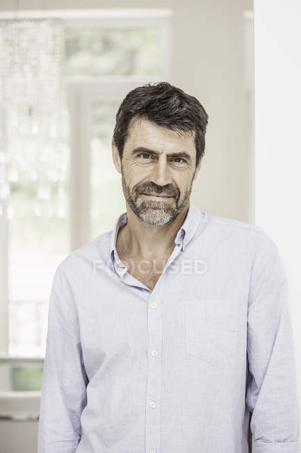 Portrait d'homme mature à la maison — Photo de stock