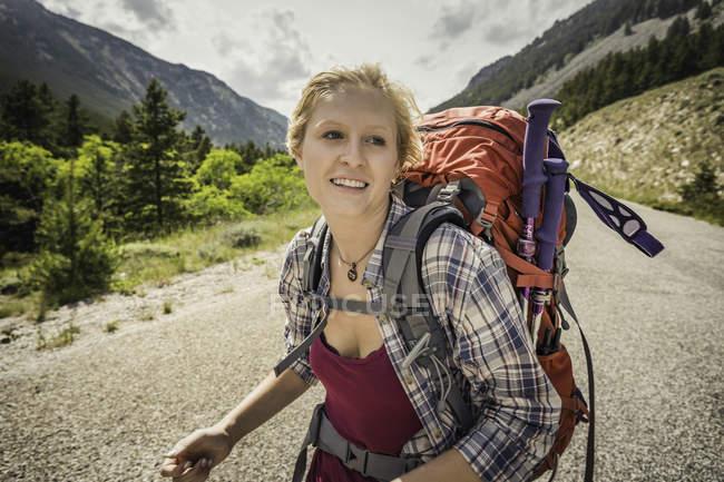 Escursionista adolescente sulla strada rurale, Red Lodge, Montana, Stati Uniti d'America — Foto stock