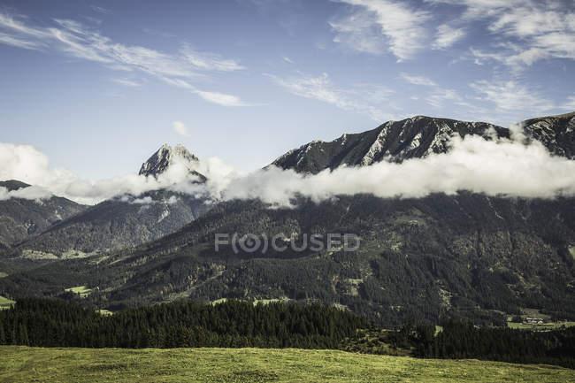 Пейзаж гор и облаков — стоковое фото