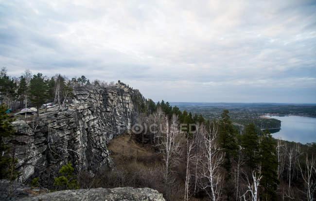 Vue éloignée de forêts et de lacs avec ciel nuageux sur l'horizon — Photo de stock