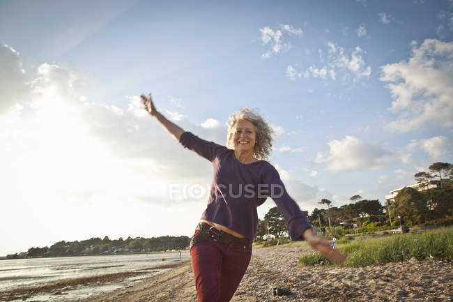 Plage bénéficiant de femme mature — Photo de stock