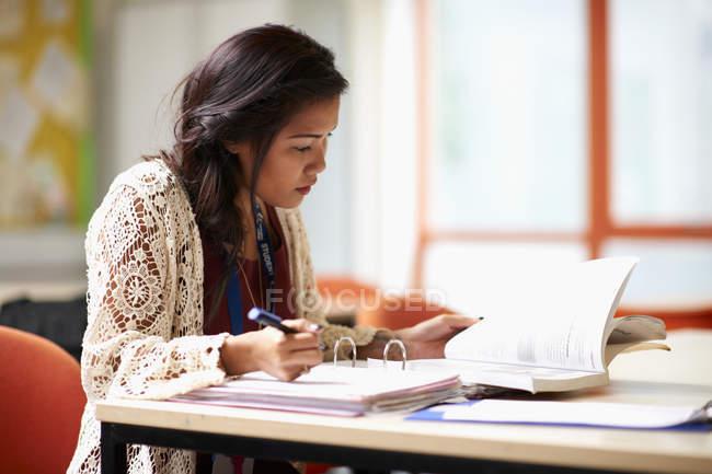 Молода студентка за фахом. — стокове фото