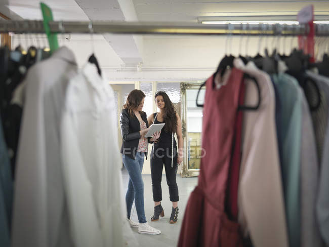 Модельєри з використанням цифрової планшета в моді дизайн студії — стокове фото