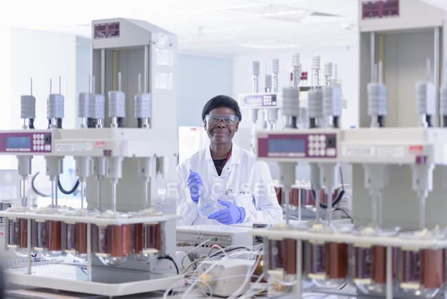 Retrato de científicos en laboratorio - foto de stock