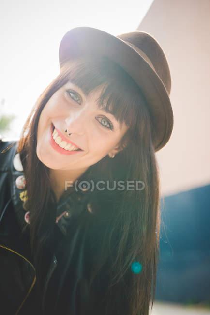 Счастливый молодая женщина с кольца в носу — стоковое фото