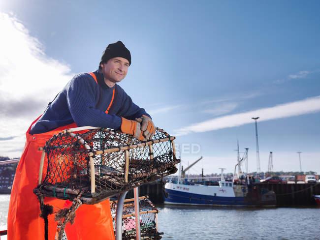 Pêcheur avec le pot de homard — Photo de stock