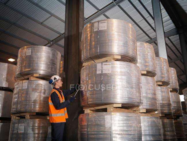 Портовый рабочий проверяет груз — стоковое фото