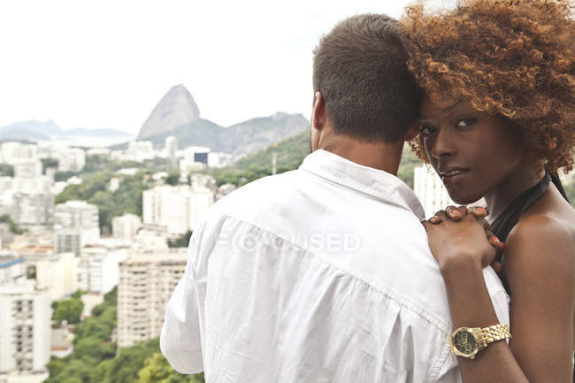 Couple on terrace, Sugarloaf Mountain in background, Rio, Brazil — Stock Photo