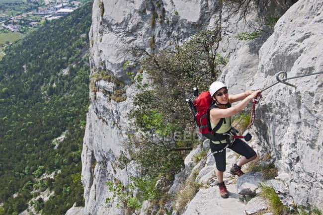 Жіночий альпініст на Віа ferrata Че Гевара кабелем фіксованого, Монте Casale, Італія, Трентіно — стокове фото