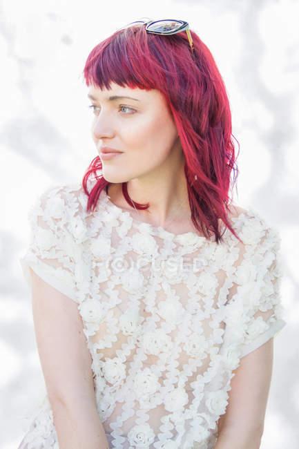 Porträt einer jungen Frau mit rosa Haaren — Stockfoto