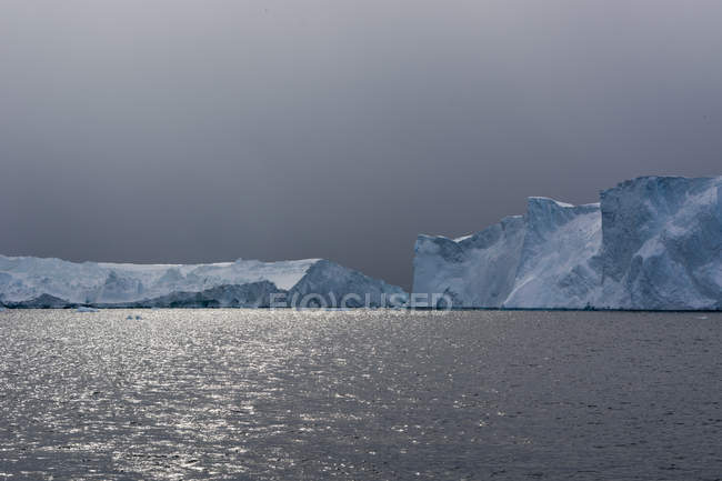 Nuvens de tempestade e icebergs no Fiorde de gelo de Ilulissat — Fotografia de Stock