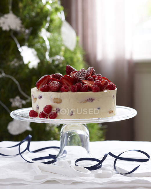 Charlotte russe, decorado con fresas y frambuesas - foto de stock