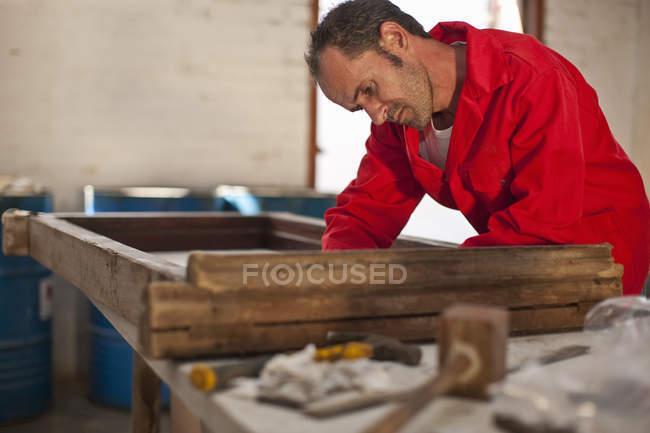 Карпентер, працюючи на дерев'яному каркасі — стокове фото
