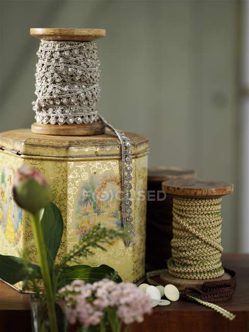 Винтажная олово и традиционные боббинс на столе — стоковое фото