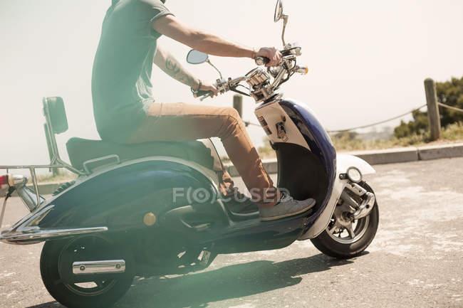 Mi homme adulte monté sur cyclomoteur, faible section — Photo de stock