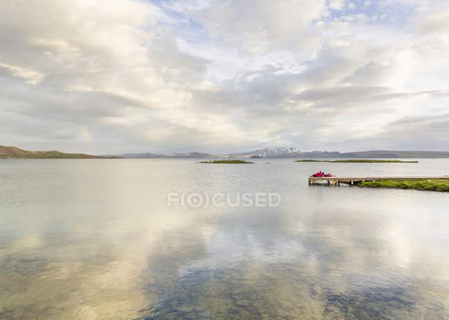 Fernsicht auf Wanderer Entspannung auf See Pier, Thingvellir, Island — Stockfoto