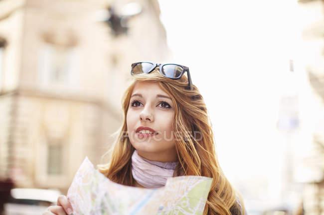Jovem mulher com mapa rua olhar perdido, Roma, Itália — Fotografia de Stock