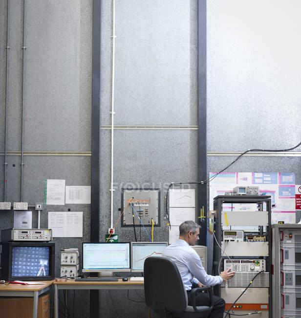Ученый на рабочем участке анехической камеры — стоковое фото