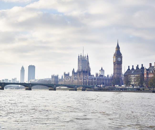 Vue des chambres du Parlement et du pont de Westminster, Londres, Royaume-Uni — Photo de stock