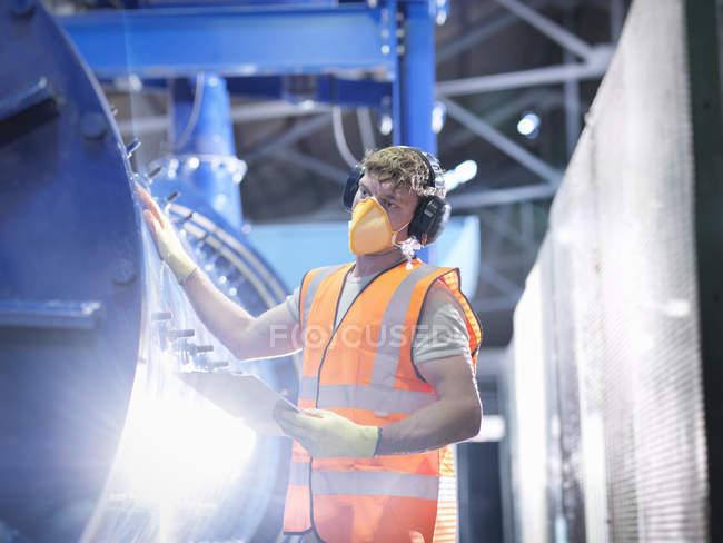Arbeiterprüft Metallerzschleifwerk — Stockfoto