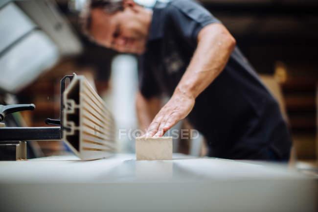 Поверхности уровня мнению мужчин плотник на скамейке семинар — стоковое фото