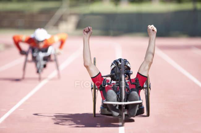 Спортсмены на финишной прямой в соревнованиях по параатлетике — стоковое фото