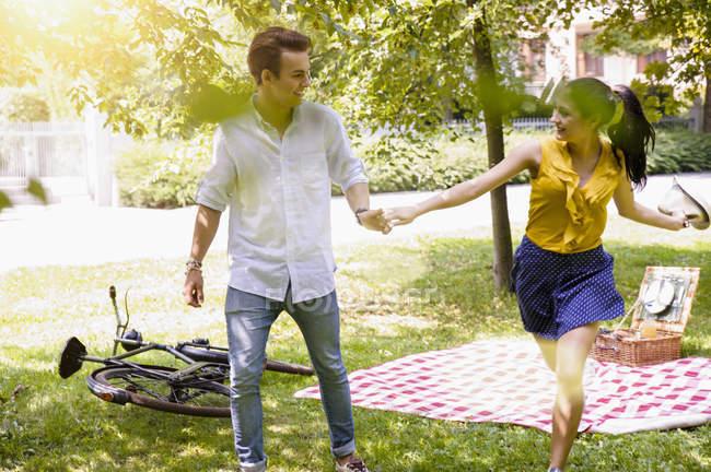 Молода пара тримає руки працює — стокове фото