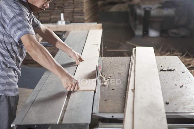 Тесляр працює з дерев'яними дошками в заводі, Цзянсу, Китай — стокове фото
