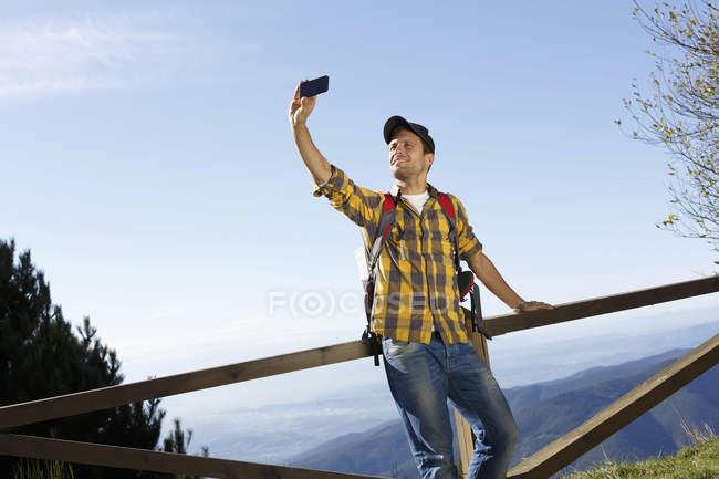 Турист, беручи selfie та долині у фоновому режимі, Montseny, Барселона, Каталонія, в Іспанії — стокове фото