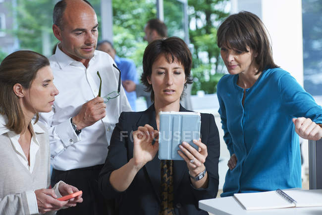 Colegas de negócios olhando para tablet digital no escritório — Fotografia de Stock