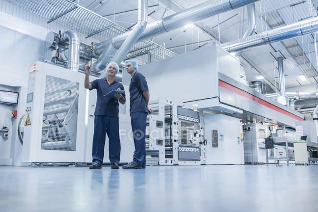 Trabalhadores do sexo masculino na fábrica de embalagens de alimentos — Fotografia de Stock