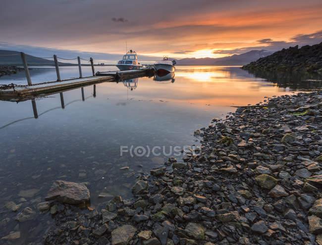 Boote und Pier bei Sonnenuntergang — Stockfoto