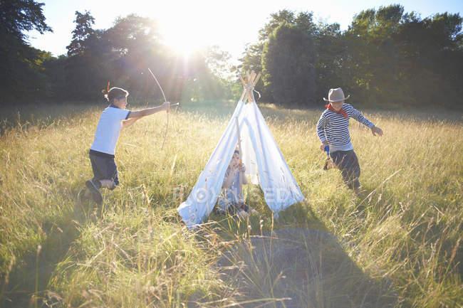 Маленька Група хлопчиків, граючи в околицях Teepee — стокове фото