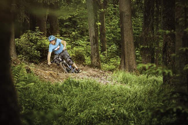 Молодий чоловік на гірських велосипедах в лісі — стокове фото