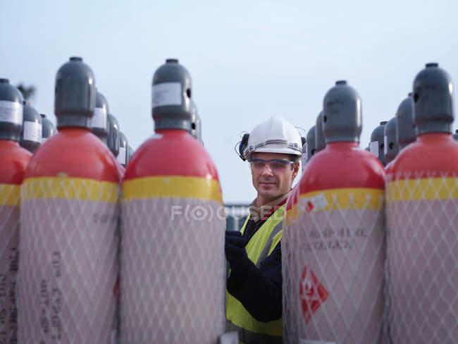Inspection des conteneurs de gaz par les travailleurs portuaires — Photo de stock