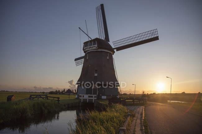 Ветряная мельница и водным путям на закате, Vollendam, Нидерланды — стоковое фото