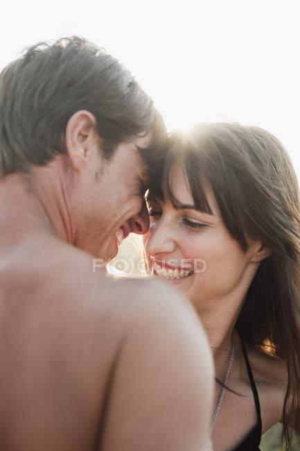 Coppia che sorride e abbraccia — Foto stock
