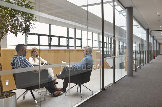 Uomini e donne d'affari che parlano alla riunione della sala conferenze — Foto stock