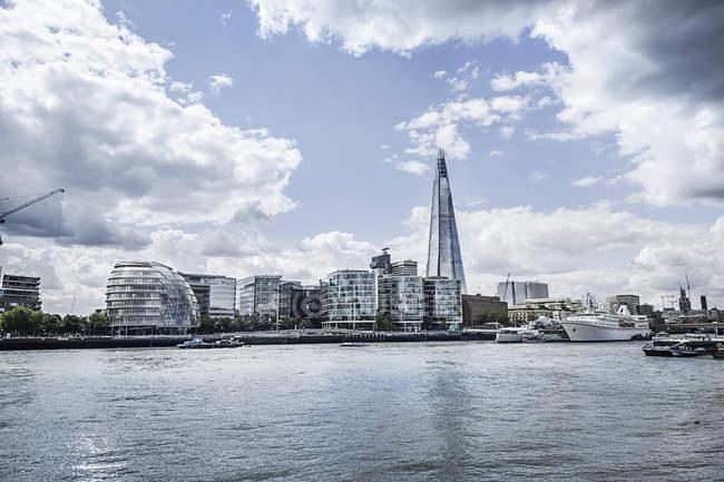 Paesaggio urbano di lungomare di coccio e Thames river, Londra, Inghilterra, Regno Unito — Foto stock